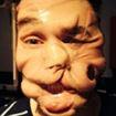 Quanto sei brutto, bruttissimo e incellofanato! È viral, è la nuova moda del Sellotape selfies.