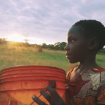 Questi bambini bevono per la prima volta acqua pulita, la loro reazione è strabiliante.